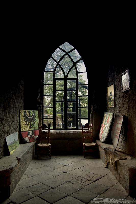 Zamek Grodziec. Herby i malowidław w jednym z otworów okiennych (wielkości niewielkiego domku).